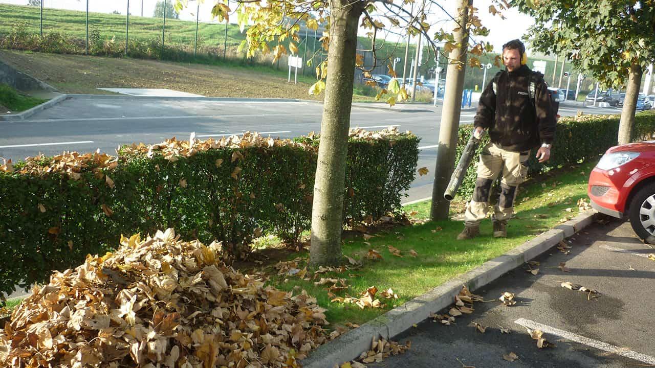 Soufflage feuilles sur parking