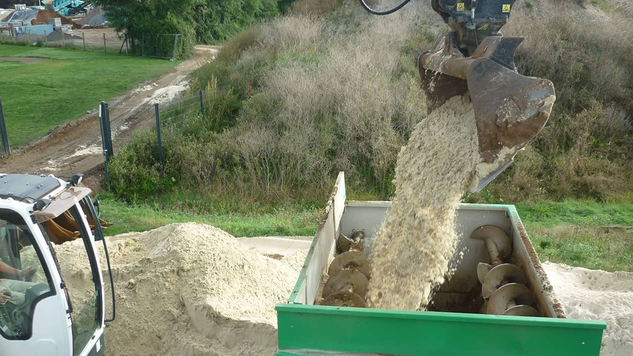 Malaxage du mélange argile/sable - Terrain de tennis gazonné - Deauville (14)